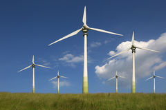 在草甸绿色能量的风轮机 库存照片