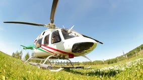 在草登陆的特写镜头现代直升机反对风景 股票录像