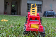 在草的一个卡车玩具 库存照片