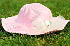 在草的一个帽子 免版税库存照片