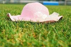 在草的一个帽子 库存图片