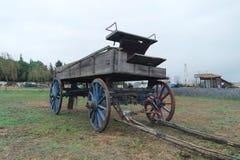 在草的一个老马支架 免版税图库摄影