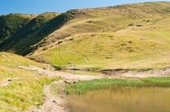 在草的一个马掌标志在山小山 库存图片