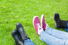 在草的三双人鞋子 免版税库存照片
