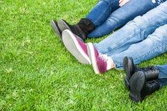 在草的三双人鞋子 库存照片