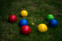 在草的五颜六色的Bocce球 库存图片