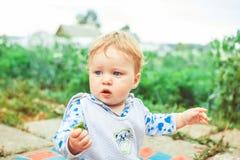 在草的儿童游戏 免版税库存照片