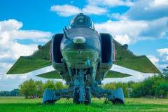 在草的军用飞机 免版税库存照片