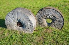 在草的古老磨石,自然本底 库存照片