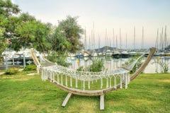 在草的吊床在反对海军陆战队员的一种手段,概念假期放松 免版税库存图片