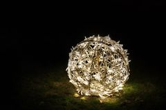 在草的圣诞节圆的装饰 免版税图库摄影