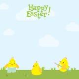 在草的复活节明信片逗人喜爱的鸡 免版税库存照片