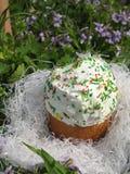在草的复活节蛋糕 免版税图库摄影