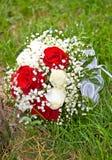 在草的婚礼花束 库存照片