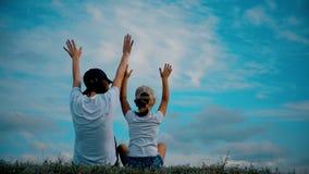 在草的家庭用手上升并且作梦 愉快的家庭观念,生活方式,自由 股票视频