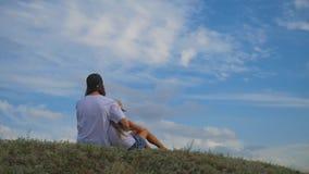 在草的家庭用手上升并且作梦 愉快的家庭观念,生活方式,自由 股票录像