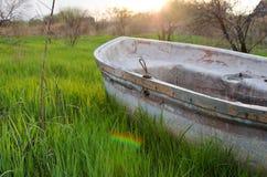 在草的小船 库存图片