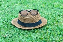 在草的帽子玻璃 库存图片