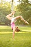 在草的手倒立锻炼 免版税图库摄影