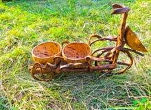 在草的手工制造椰子花盆 库存照片