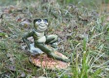 在草的手工制造青蛙 免版税库存图片