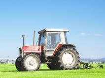 在草的拖拉机 免版税库存图片