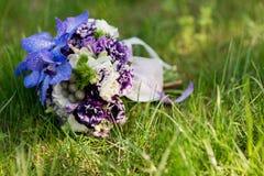 在草的新娘婚礼花束 库存照片