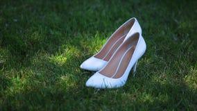 在草的新娘的白色婚礼鞋子 影视素材