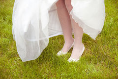 在草的新娘的脚 免版税库存照片