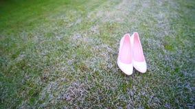 在草的新娘` s白色婚礼鞋子 股票视频