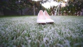 在草的新娘` s白色婚礼鞋子 股票录像