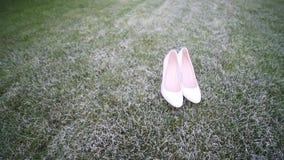 在草的新娘` s白色婚礼鞋子 影视素材