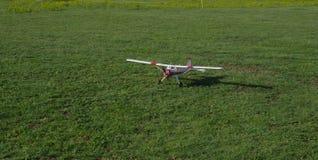 在草的无线电操纵的飞机 库存照片