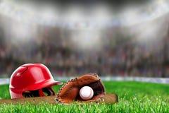 在草的棒球设备与拷贝空间 库存图片