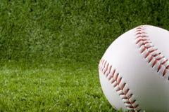 在草的棒球 免版税库存照片