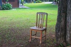 在草的椅子在庭院里 免版税库存照片