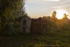 在草的残破的卡车在草甸 免版税库存图片