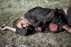在草的流浪汉睡眠 库存照片