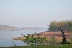 在草的灯有湖和山背景 免版税图库摄影