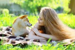 在草的狗和所有者夏天 免版税图库摄影