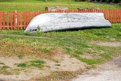 在草的老小船 免版税库存照片