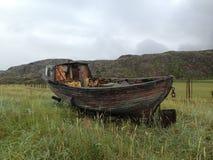 在草的老小船 免版税库存图片