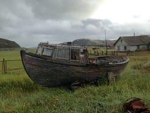 在草的老小船 图库摄影