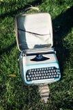 在草的老打字机 免版税库存图片