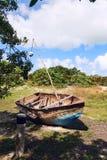 在草的老生锈的小船 库存照片