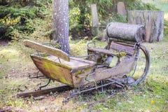在草的老生锈的驯鹿雪橇 库存图片