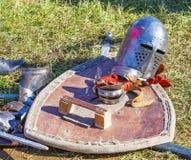 在草的老骑士装甲 库存图片