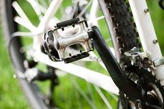 在草的自行车 库存图片