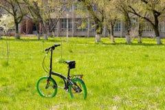 在草的自行车 免版税库存图片