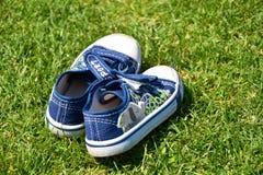 在草的蓝色鞋子 库存图片